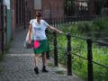 Krótka zielona spódnica z różową kieszenią